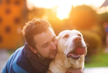 Man plezier hebben en spelen met zijn hond Stockfoto