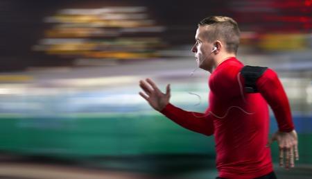 hombre deportista: Trotar Deportista joven en la ciudad de noche