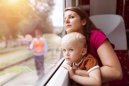 on train: Madre con el hijo en el regazo de viajar en tren. Foto de archivo