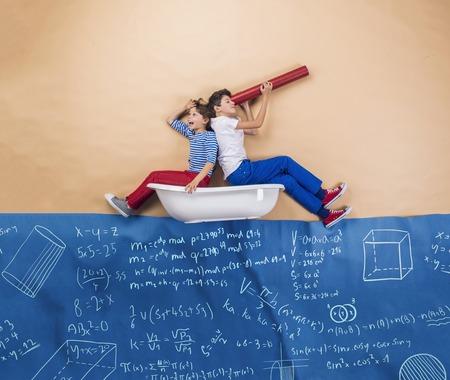 simbolos matematicos: Schoolkids alegre como marineros en el mar. Estudio tirado en un fondo beige.