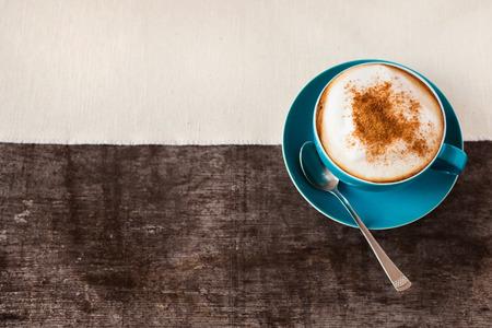 cafe bombon: Dos tazas de caf� sobre un fondo de mesa de madera