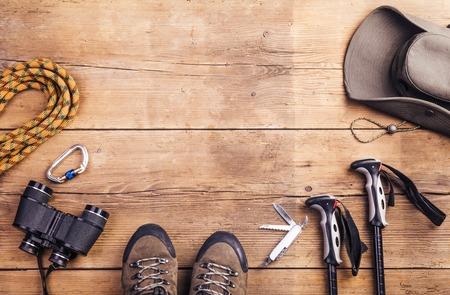木製の床の背景にハイキングのための機器