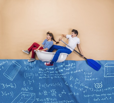 simbolos matematicos: Schoolkids alegre como marineros en el mar. Estudio tirado en un beige.