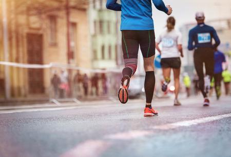 piernas hombre: Corredores j�venes no reconocibles en la carrera de la ciudad