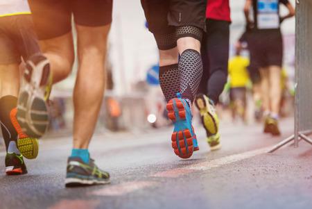 pista de atletismo: Corredores jóvenes no reconocibles en la carrera de la ciudad