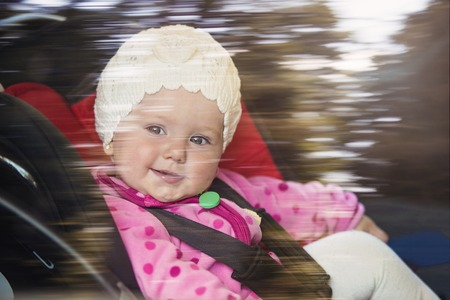 enfant banc: Little baby girl in a car in a child seat