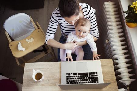 jornada de trabajo: Madre joven en Ministerio del Interior con el ordenador y su hija
