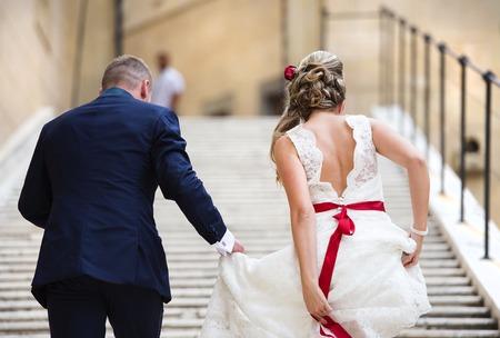 Mooie bruiloft paar buiten het kasteel op de trap