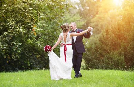 Jonge bruidspaar genieten van romantische momenten buiten in de zomer park