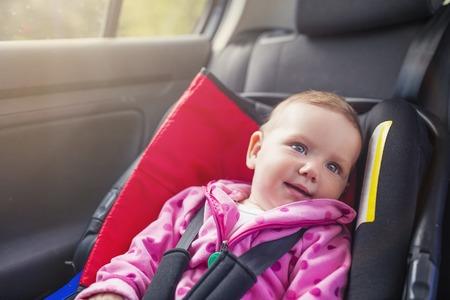 silla: Peque�o beb� en un coche en un asiento para ni�os Foto de archivo