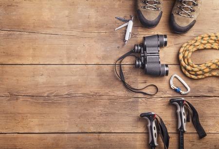 equipo: Equipo para la excursión en un fondo de madera piso