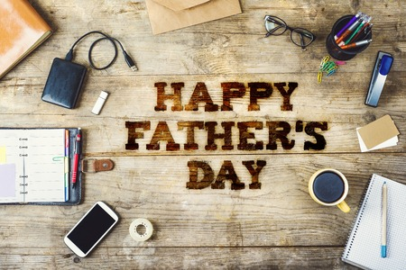 Bureau met Happy vaders dag ondertekenen. Bekijken van boven. Stockfoto - 39484513