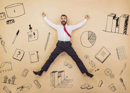 Gelukkig manager springen hoog in een overwinning pose. Studio opname op een beige achtergrond. Stockfoto