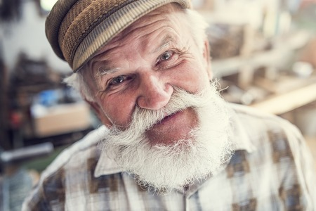hombre viejo: Primer plano de un artesano de alto nivel en su taller