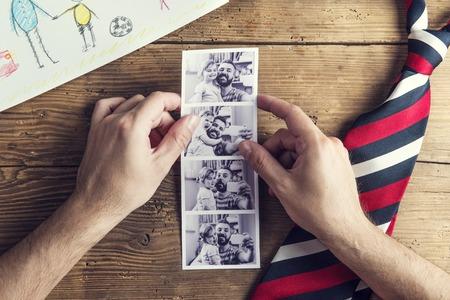 dog days: fotos del padre y la hija, el dibujo infantil y corbata pusieron en el fondo de escritorio de madera.