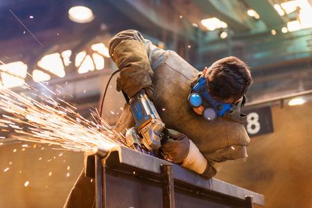 soldador: Hombre joven con gafas de protección de soldadura en una fábrica Foto de archivo