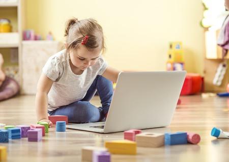 niñas jugando: Niña