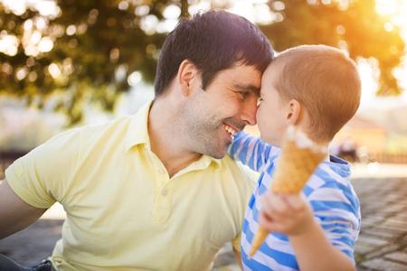 niños comiendo: Padre e hijo