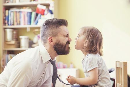 kinderen: Jonge hipster vader met zijn mooie kleine dochter