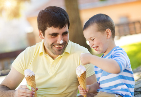 eating ice cream: Padre e hijo