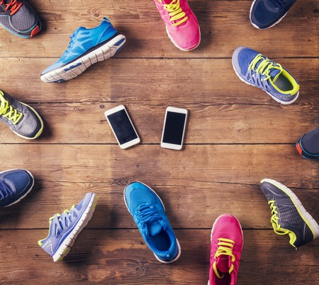 corriendo: Zapatos corrientes y teléfonos inteligentes Foto de archivo