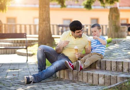 comiendo helado: Padre e hijo