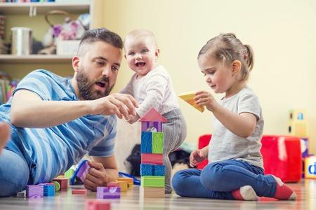 ni�as jugando: Padre e hijas
