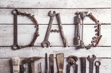 carpintero: Escritorio de un carpintero con el signo de papá y diversas herramientas. Estudio tirado en una madera.