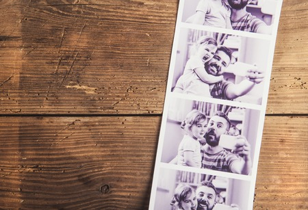아버지와 딸의 흑백 사진은 나무 바닥 backround에 마련했다. 스톡 콘텐츠