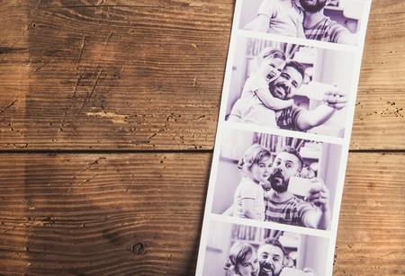 Zwart-wit foto's van vader en dochter gelegd op houten vloer backround.