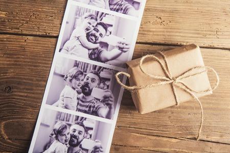 父と娘と小さなボックスの写真は、木の床の背景に置かれます。 写真素材