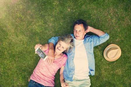 curare teneramente: Bellissimi gli anziani che si trovano su un prato in un parco che abbraccia