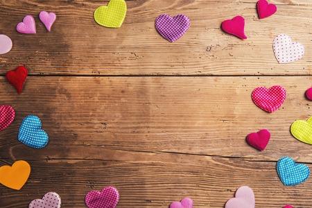 corazon humano: Padres composici�n d�as - corazones textiles en el suelo. Estudio tirado en el fondo de madera.