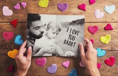 Vatertags Zusammensetzung - Textil Herzen auf dem Boden. Studio Schuss auf Holzuntergrund. Standard-Bild - 40553593