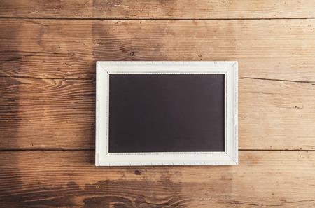 Blanc cadre photo sur le plancher de fond en bois. Banque d'images - 40977710