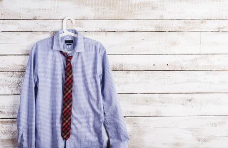textura madera: Padres composición día de camisa y corbata colgar en la pared de fondo de madera.