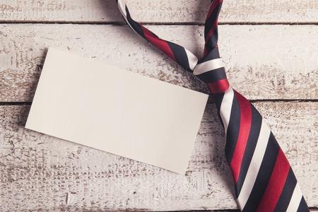 Pères de la composition de la journée - cravate et de feuilles de papier vide. Tourné en studio sur fond de bois. Banque d'images - 40977891
