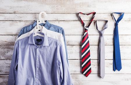 lazo regalo: Padres composición días de camisas y corbatas colgar en la pared de fondo de madera.