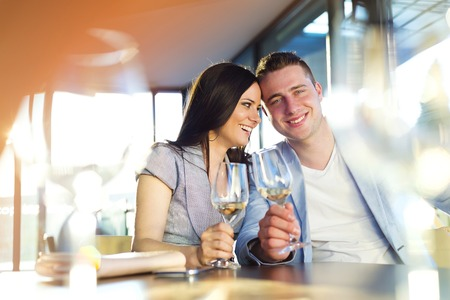 tomando vino: Joven hermosa beber vino pareja en un bar