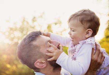 padre e hija: Padre joven feliz con su hija que se divierten al aire libre en la naturaleza de primavera
