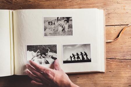 Vatertags Zusammensetzung - Foto-Album mit einem Schwarz-Weiß-Foto. Studio Schuss auf Holzuntergrund.