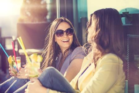 frutas divertidas: Dos mujeres hermosas que se divierten en un bar Foto de archivo