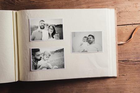 아버지의 날 컴포지션 - 흑백 사진과 함께 사진 앨범. 스튜디오 나무 배경에 총.