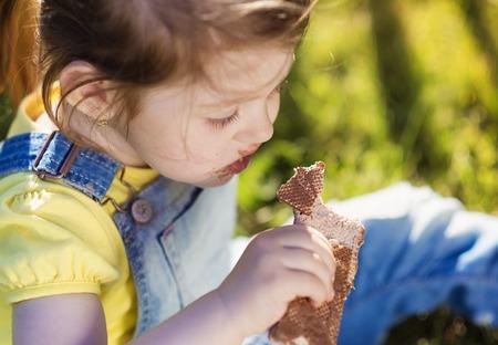 mignonne petite fille: La petite fille mignonne extérieur dans la nature sur une journée d'été ensoleillée
