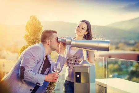 tomando vino: Joven hermosa beber vino pareja en una terraza de un bar