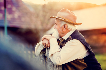 agricultor: Senior hombre  Foto de archivo