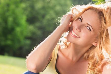 niñas bonitas: Mujer joven atractiva al aire libre en la naturaleza del verano Foto de archivo