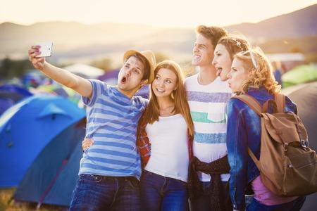 termine: Gruppe von schönen Teenager am Sommerfest