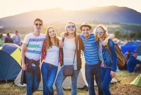 campamento: Grupo de hermosas jóvenes en el festival de verano