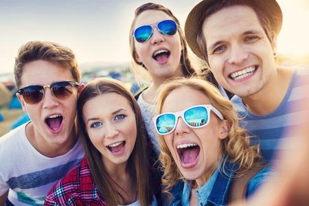 adolescente: Grupo de hermosas j�venes en el festival de verano